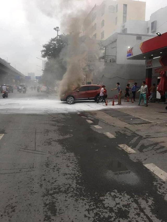 Ô tô bốc cháy dữ dội ngay trước trạm xăng ở Hà Nội, nguyên nhân khiến tất cả tò mò - Ảnh 1.