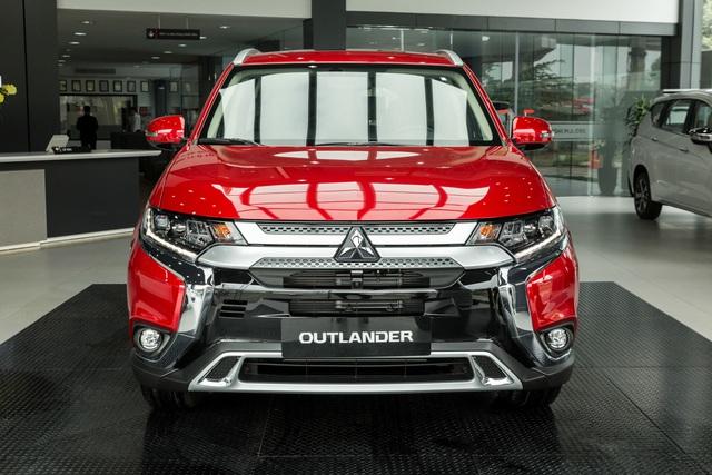 Mitsubishi Outlander dồn dập khuyến mãi, miễn trước bạ gần 100 triệu đồng, phả hơi nóng lên Honda CR-V - Ảnh 1.