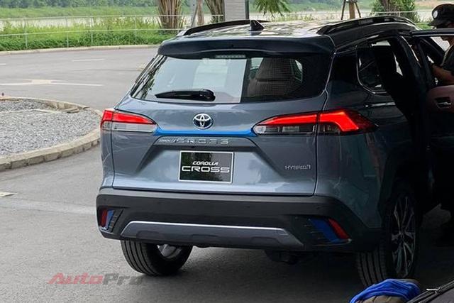 Toyota Corolla Cross lần đầu lộ diện tại Việt Nam: Động cơ Hybrid, xuất hiện chi tiết lạ quanh xe - Ảnh 3.