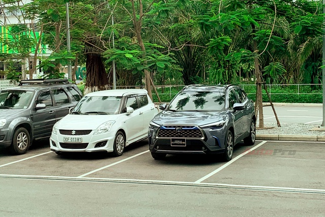 Toyota Corolla Cross lần đầu lộ diện tại Việt Nam: Động cơ Hybrid, xuất hiện chi tiết lạ quanh xe - Ảnh 4.
