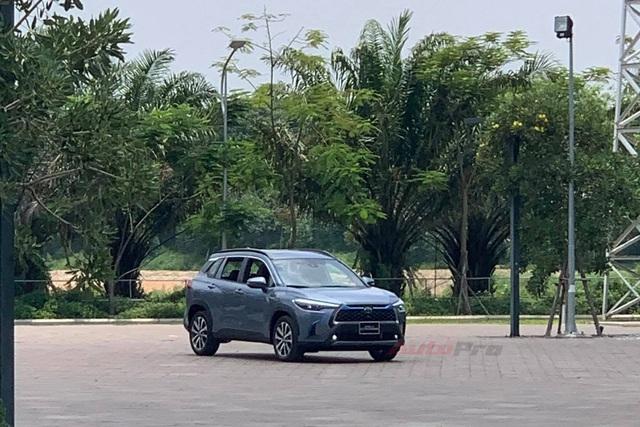 Toyota Corolla Cross lần đầu lộ diện tại Việt Nam: Động cơ Hybrid, xuất hiện chi tiết lạ quanh xe - Ảnh 5.