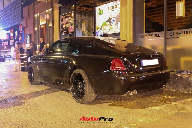 Rolls-Royce Wraith của doanh nhân Đà Lạt lột xác ấn tượng với màu đen hầm hố - Ảnh 7.