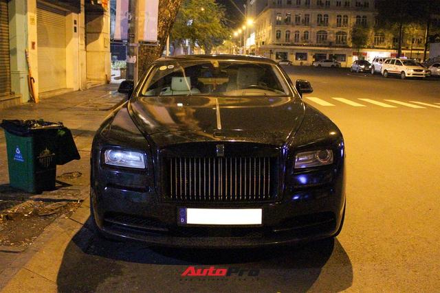 Rolls-Royce Wraith của doanh nhân Đà Lạt lột xác ấn tượng với màu đen hầm hố - Ảnh 1.