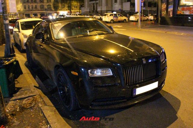 Rolls-Royce Wraith của doanh nhân Đà Lạt lột xác ấn tượng với màu đen hầm hố - Ảnh 2.