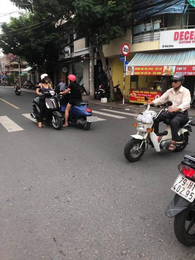 Hai người phụ nữ dừng xe giữa ngã tư buôn chuyện mãi không dứt khiến ai qua cũng thở dài - Ảnh 2.