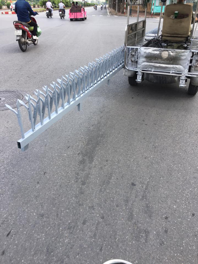 Xe ba gác chở món hàng nguy hiểm trên phố khiến bao người kinh hãi, không ai dám đi gần - Ảnh 1.