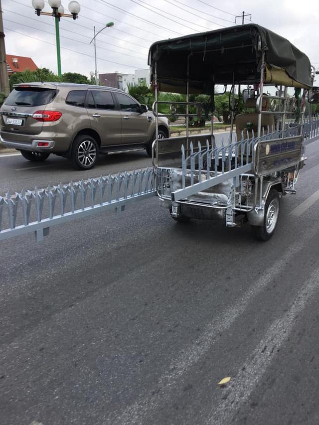 Xe ba gác chở món hàng nguy hiểm trên phố khiến bao người kinh hãi, không ai dám đi gần - Ảnh 2.