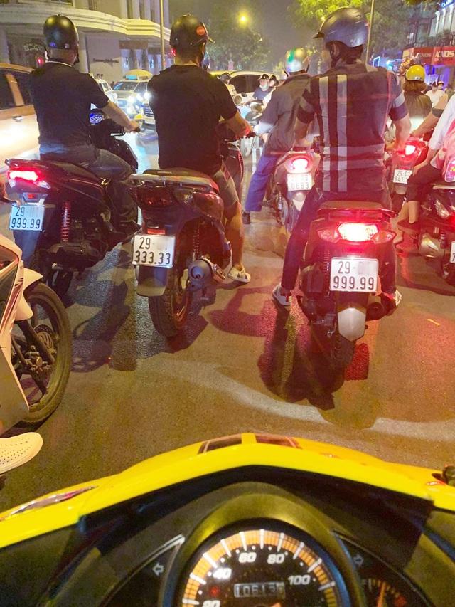 Xôn xao hình ảnh 3 chiếc xe tay ga biển ngũ quý chạy song song trên đường phố Hà Nội - Ảnh 1.