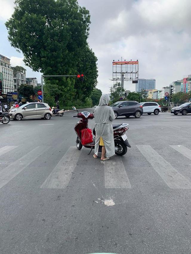 Người phụ nữ khiến cả phố Hà Nội thở dài vì phong cách dừng đèn đỏ ngang ngược - Ảnh 1.