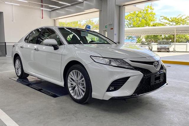 Chủ xe Toyota Camry chi hơn 20 triệu đồng độ kiểu xe nhập Mỹ - Ảnh 2.