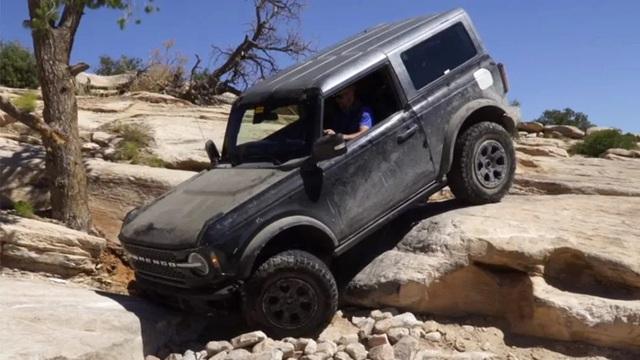 Xem Ford Bronco vượt địa hình một cách ngoạn mục