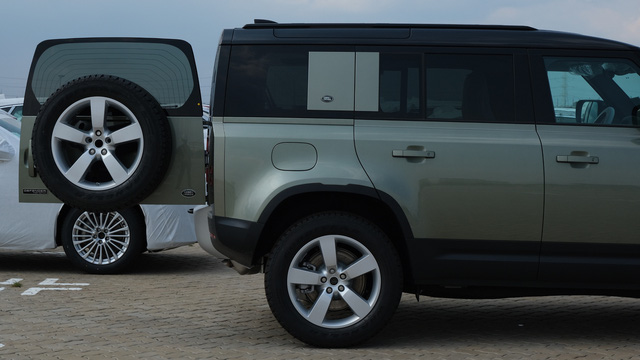 Chi tiết Land Rover Defender 2020 vừa khui công tại Việt Nam: Giá khoảng 5 tỷ đồng, đấu Mercedes G-Class - Ảnh 2.