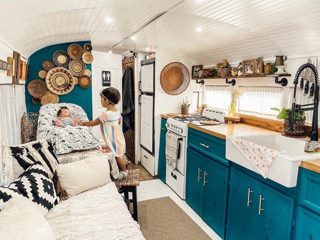 Chùm ảnh: Đôi vợ chồng trẻ biến xe bus thành ngôi nhà di động đẹp như trong cổ tích làm nức lòng người yêu xê dịch - Ảnh 3.