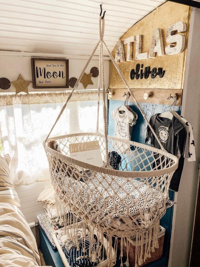 Chùm ảnh: Đôi vợ chồng trẻ biến xe bus thành ngôi nhà di động đẹp như trong cổ tích làm nức lòng người yêu xê dịch - Ảnh 6.