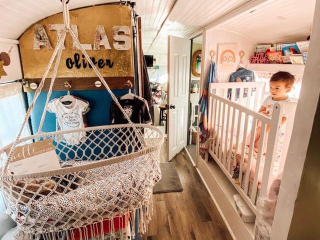 Chùm ảnh: Đôi vợ chồng trẻ biến xe bus thành ngôi nhà di động đẹp như trong cổ tích làm nức lòng người yêu xê dịch - Ảnh 7.