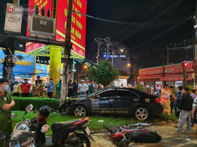 Nhân chứng kể lại giây phút kinh hoàng xe Camry tông hàng loạt xe máy ở Sài Gòn: Người bị thương nằm la liệt, chảy máu nhiều lắm - Ảnh 7.