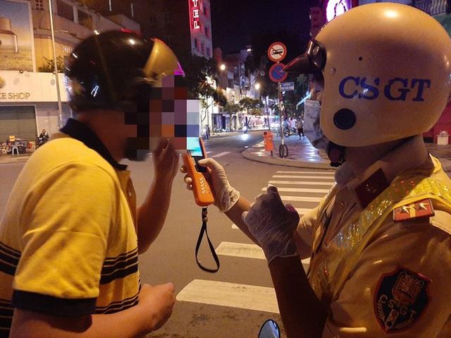 Xin xỏ CSGT không thành, tài xế cù nhây bỏ xe máy, không chịu ký biên bản khi đo độ cồn ở Sài Gòn - Ảnh 1.