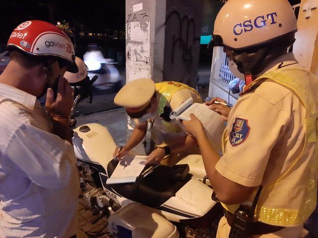 Xin xỏ CSGT không thành, tài xế cù nhây bỏ xe máy, không chịu ký biên bản khi đo độ cồn ở Sài Gòn - Ảnh 2.