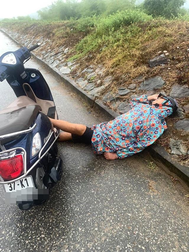 Người đàn ông say mèm dựng xe giữa đường, nằm gác đầu lên đê ngủ bất chấp sự đời - Ảnh 1.