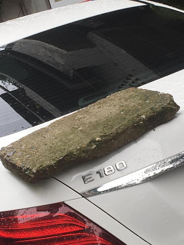 Phiến đá rêu xanh nằm chềnh ềnh trên đuôi xe Mercedes tiền tỷ, nghi do nguyên nhân rất phổ biến với các tài xế - Ảnh 1.