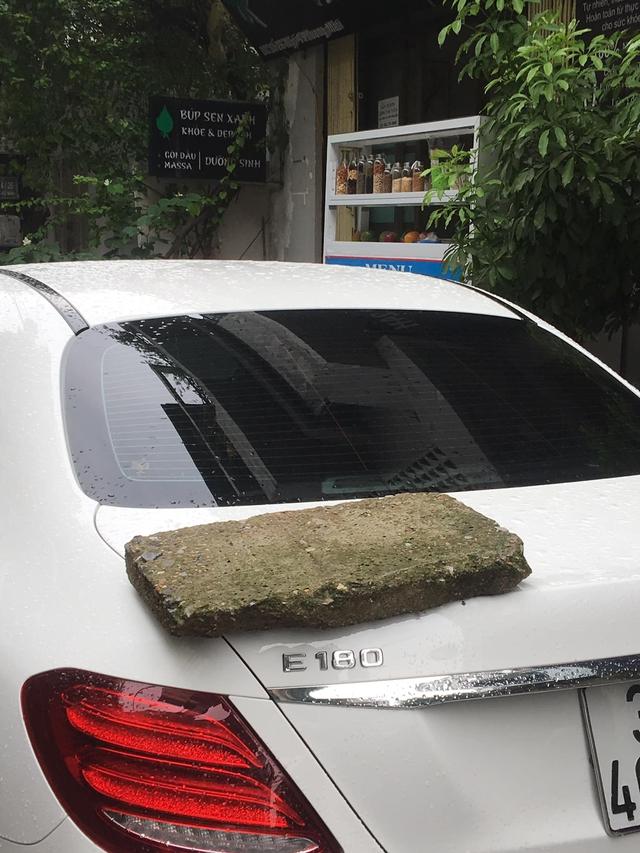 Phiến đá rêu xanh nằm chềnh ềnh trên đuôi xe Mercedes tiền tỷ, nghi do nguyên nhân rất phổ biến với các tài xế - Ảnh 2.