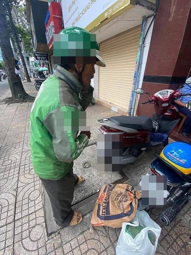 Danh tính cô gái Sài Gòn ra tay giúp đỡ, đưa người xe ôm nghèo đi mua điện thoại mới - Ảnh 1.
