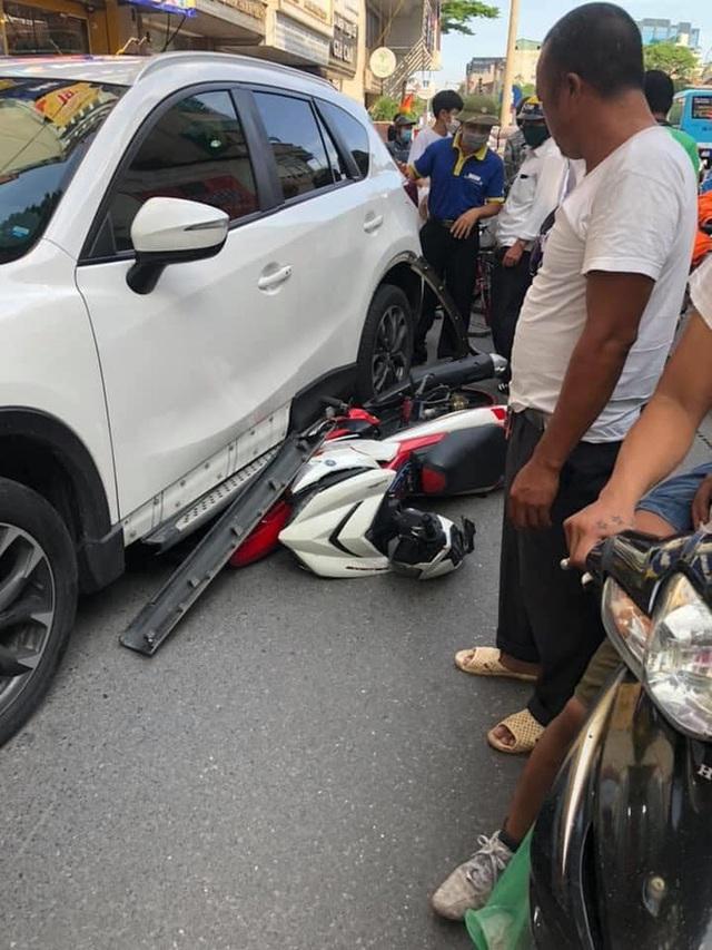 Clip: Ô tô kéo lê xe máy dọc phố Hà Nội, người dân hô hoán đuổi theo chặn tài xế - Ảnh 2.