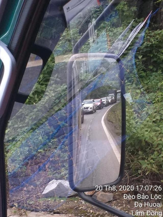 CLIP: Cố len vào giữa xe tải và xe bồn, tài xế bị người đàn ông đánh túi bụi giữa đường