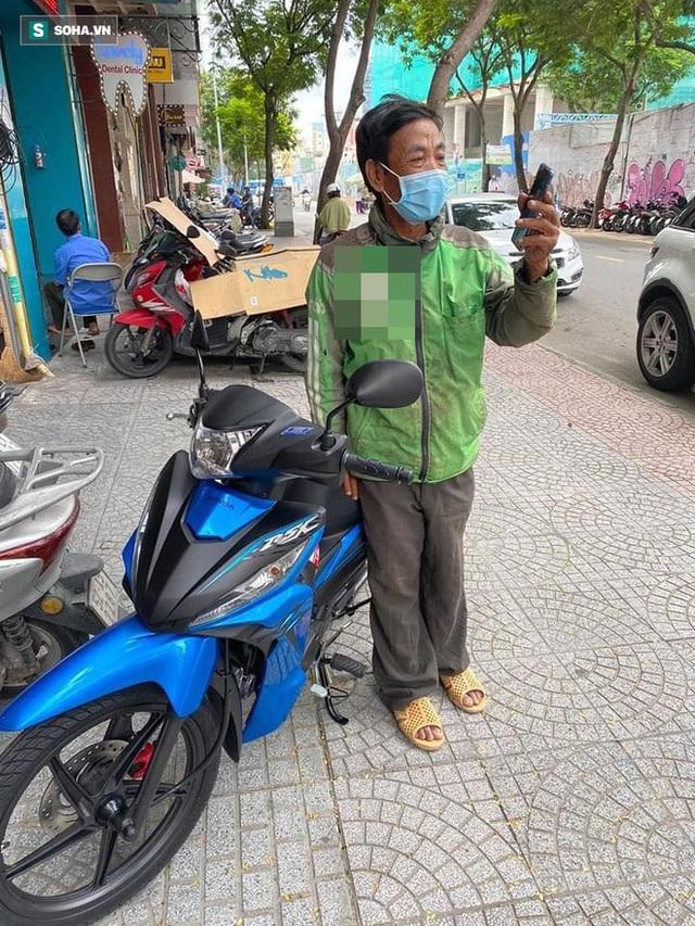 Danh tính cô gái Sài Gòn ra tay giúp đỡ, đưa người xe ôm nghèo đi mua điện thoại mới - Ảnh 7.