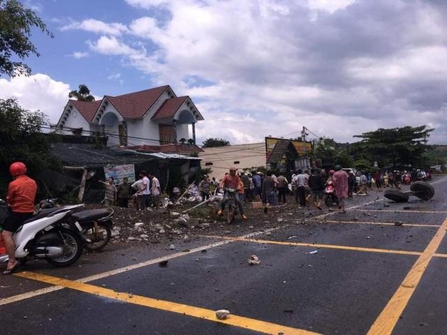 Kinh hoàng xe tải mất lái, tông đổ nhiều cây xanh, lao vào nhà dân bên đường - Ảnh 3.