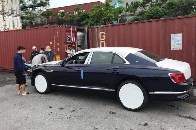 Cận cảnh Bentley Flying Spur 2020 đầu tiên Việt Nam với logo thò thụt phát sáng kiểu Rolls-Royce - Ảnh 1.