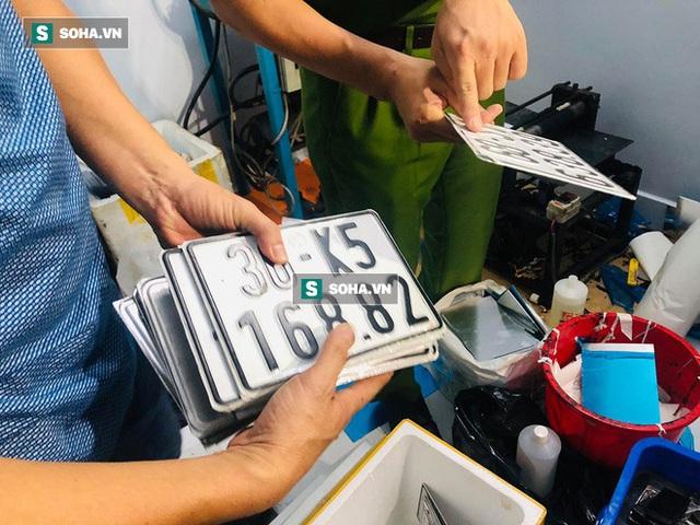 Bộ Công an triệt phá đường dây làm giả giấy tờ, con dấu, biển số xe cực lớn ở các tỉnh thành phía Nam - Ảnh 2.