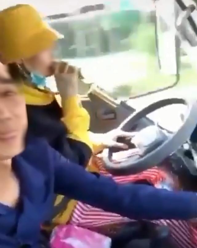 Nữ tài xế thể hiện siêu năng lực vừa lái xe vừa hát karaoke bị dân mạng lên án gay gắt - Ảnh 2.