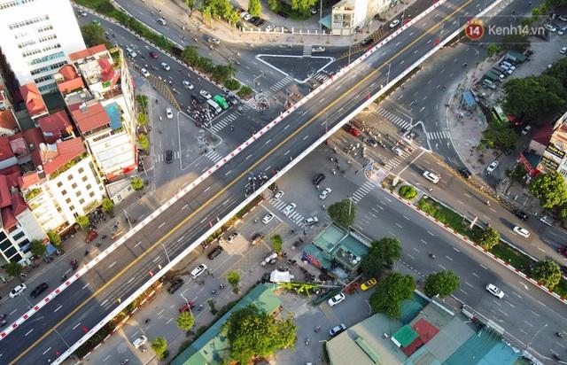 Chùm ảnh: Nhìn từ trên cao cây cầu vượt dầm thép nối liền 3 quận nội thành Hà Nội trước ngày thông xe - Ảnh 2.