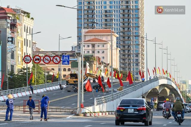 Chùm ảnh: Nhìn từ trên cao cây cầu vượt dầm thép nối liền 3 quận nội thành Hà Nội trước ngày thông xe - Ảnh 7.