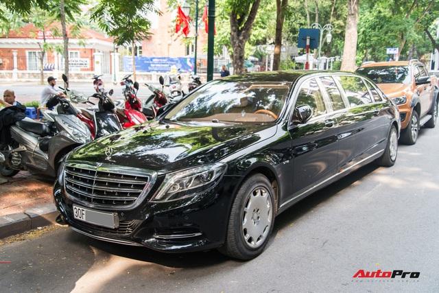 Mercedes-Maybach S600 Pullman của Chủ tịch tập đoàn FLC bất ngờ xuất hiện trên phố, chiều dài của xe gây ấn tượng - Ảnh 1.