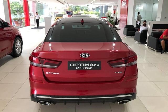 Đại lý xả hàng, Kia Optima giảm giá gần trăm triệu: Sedan hạng D rẻ nhất Việt Nam - Ảnh 1.