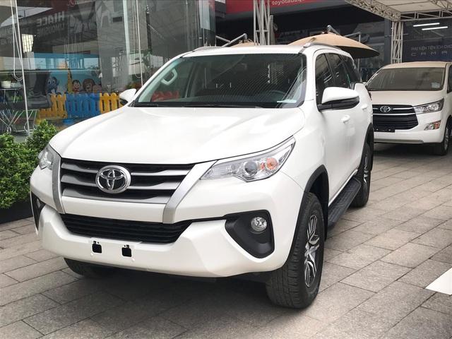 Sắp ra bản mới, Toyota Fortuner sảy chân: Bị Hyundai Santa Fe cướp ngôi vương SUV 7 chỗ, biến mất khỏi top 10 bán chạy tại Việt Nam - Ảnh 1.