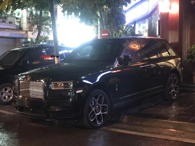 Bắt gặp Rolls-Royce Cullinan Black Badge đầu tiên về Việt Nam, giá bán là điều gây tò mò - Ảnh 1.