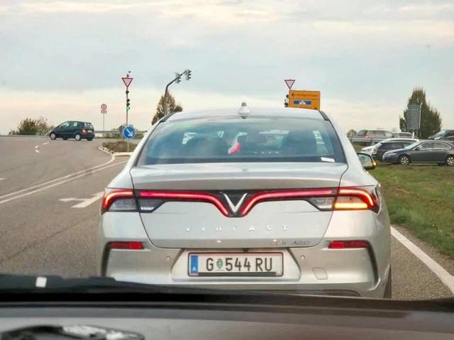 Xôn xao hình ảnh VinFast Lux A2.0 lăn bánh tại Đức: Chiếc biển số hé lộ thêm thông tin - Ảnh 1.