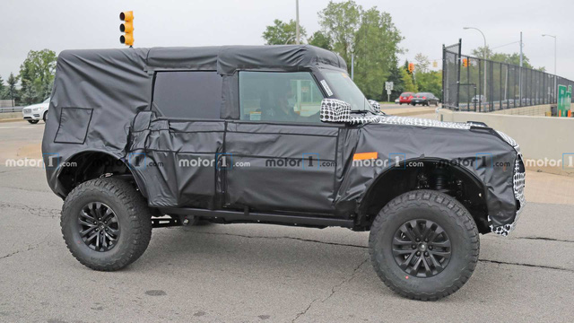 Ford Bronco Raptor lần đầu lộ diện: Chuẩn dân chơi gầm cao - Ảnh 1.