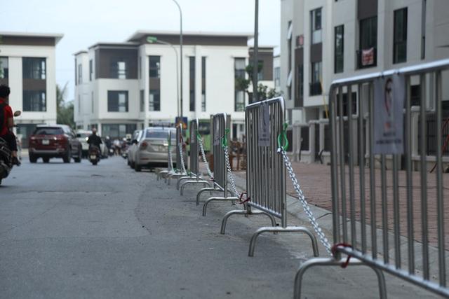 Sau dán giấy và khóa bánh, cư dân chung cư ở Hà Nội lập hàng rào sắt cấm ô tô đậu sai quy định gây tắc nghẽn giao thông - Ảnh 3.