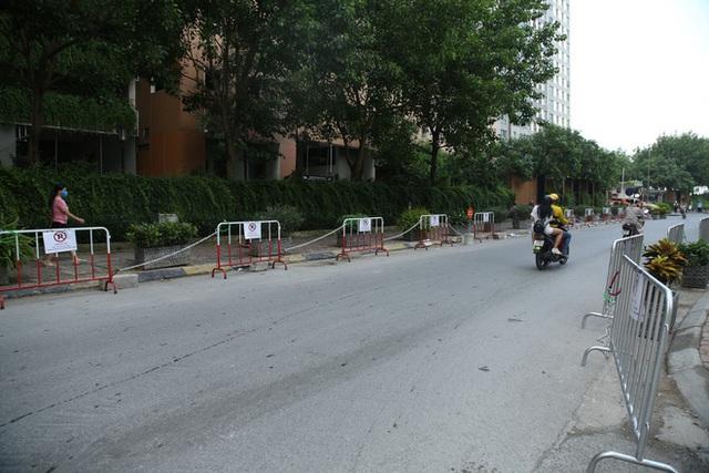 Sau dán giấy và khóa bánh, cư dân chung cư ở Hà Nội lập hàng rào sắt cấm ô tô đậu sai quy định gây tắc nghẽn giao thông - Ảnh 4.