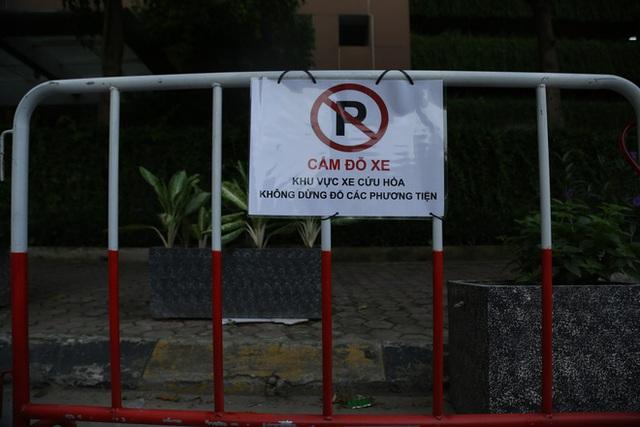 Sau dán giấy và khóa bánh, cư dân chung cư ở Hà Nội lập hàng rào sắt cấm ô tô đậu sai quy định gây tắc nghẽn giao thông - Ảnh 5.