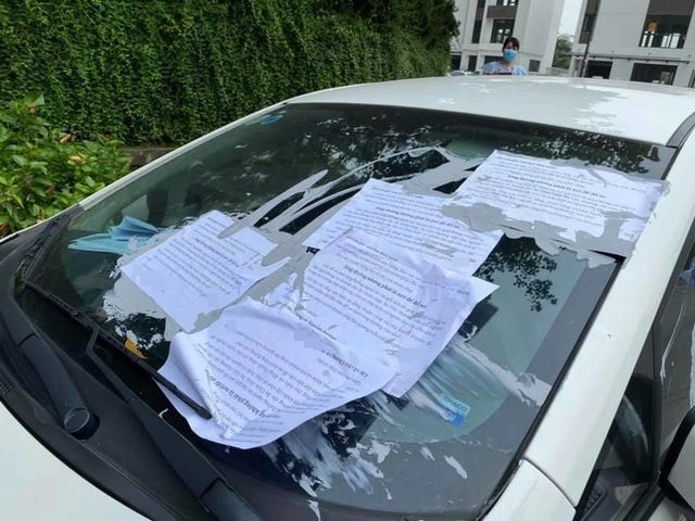 Cư dân một khu chung cư ở Hà Nội đổ keo dán lên xe đỗ dưới lòng đường kèm thông điệp cực choáng gửi đến người hàng xóm thân thương, dân mạng nghe xong mà tức - Ảnh 1.