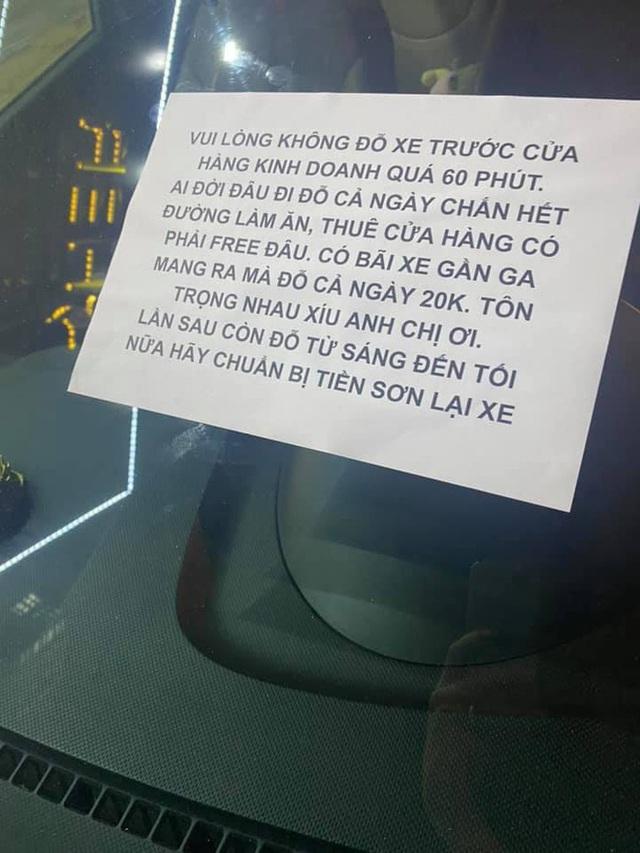 Đỗ xe hơn 12 tiếng trước cửa nhà lạ, tài xế nhận ngay tờ thông báo, thông điệp cuối khiến anh lạnh gáy - Ảnh 2.