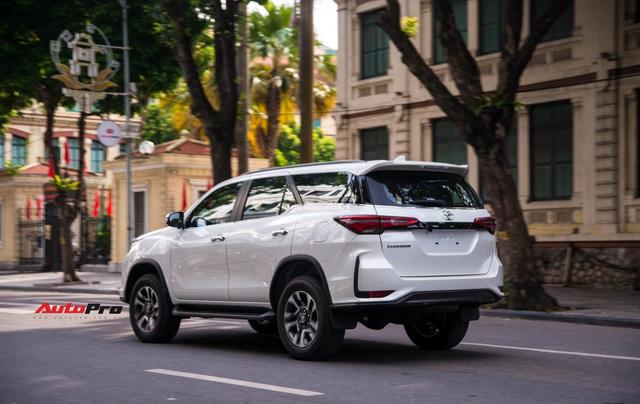HOT: Toyota Fortuner Legender bất ngờ lộ diện trên phố Hà Nội trước ngày ra mắt 17/9 - Ảnh 2.