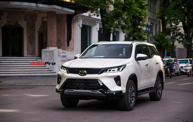 HOT: Toyota Fortuner Legender bất ngờ lộ diện trên phố Hà Nội trước ngày ra mắt 17/9 - Ảnh 1.