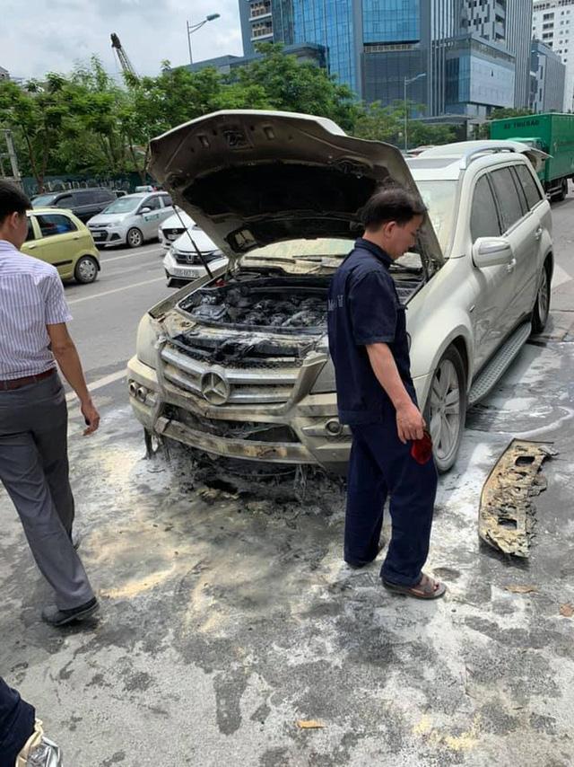 Xe sang Mercedes-Benz GL 350 bốc cháy trên phố Hà Nội - Ảnh 3.