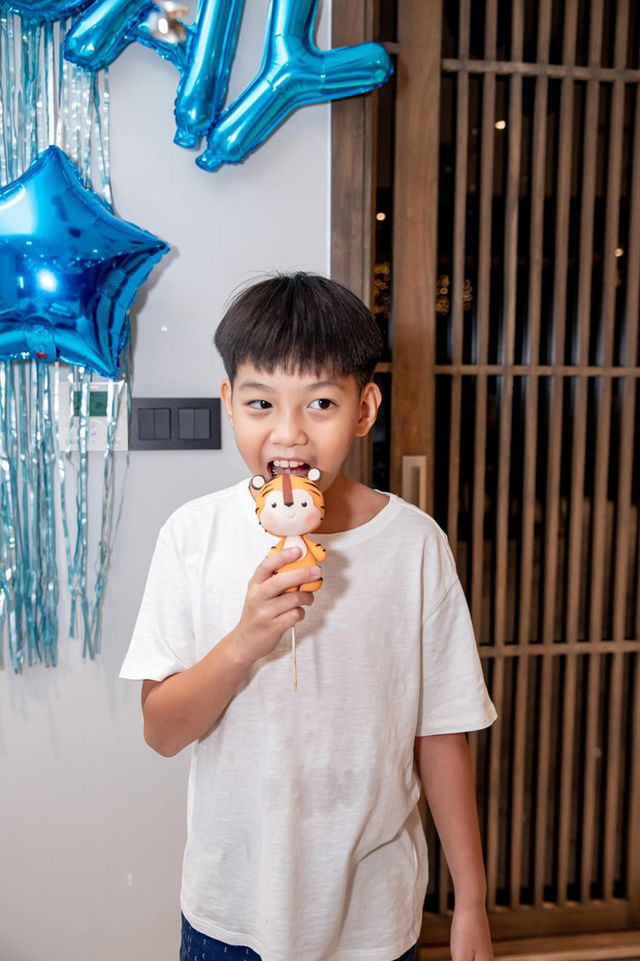 Quý tử Subeo ngày càng ra dáng anh cả: Hết vào bếp nấu ăn cho mẹ, nay lại xắn tay phụ bố Cường Đô La rửa siêu xe - Ảnh 6.